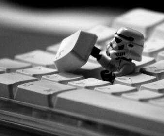 На ноутбук попала жидкость. Как починить клавиатуру?