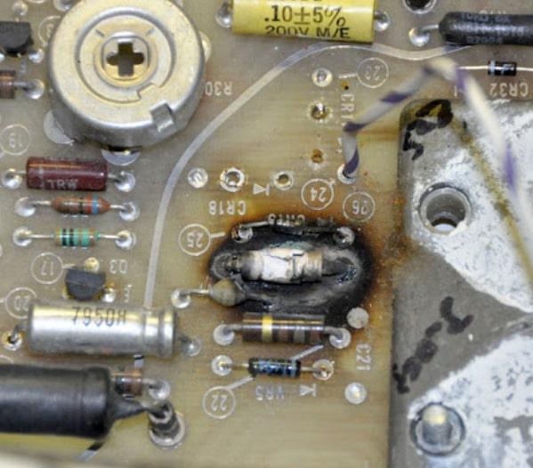 Выгоревший резистор и текстолит. antiqueradios.com